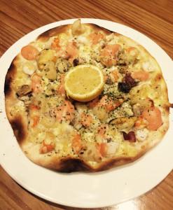 魚介と蓮根のピッツァ、明太子ソース